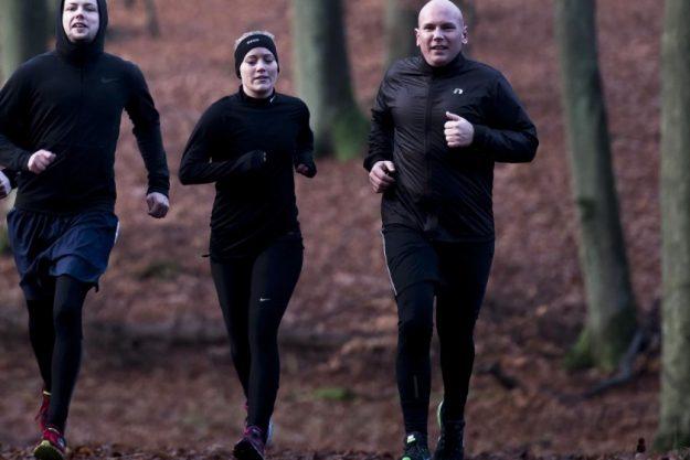 Billede af fængselsbetjentelever, som løber i skoven.