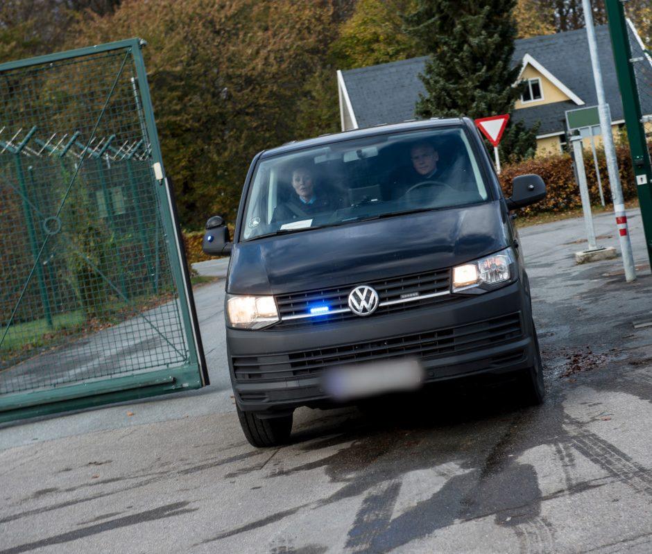 Billede af arrestanttransportbilerne