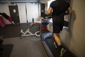 Indsatte der træner i et motionsrum.