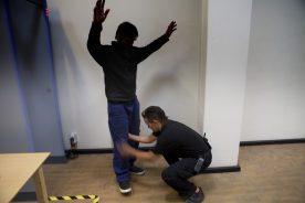 Indsat bliver kropsvisiteret af fængselsbetjent